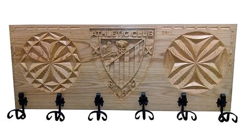 Perchero con talla de madera con el escudo del Atletic de Bilbao