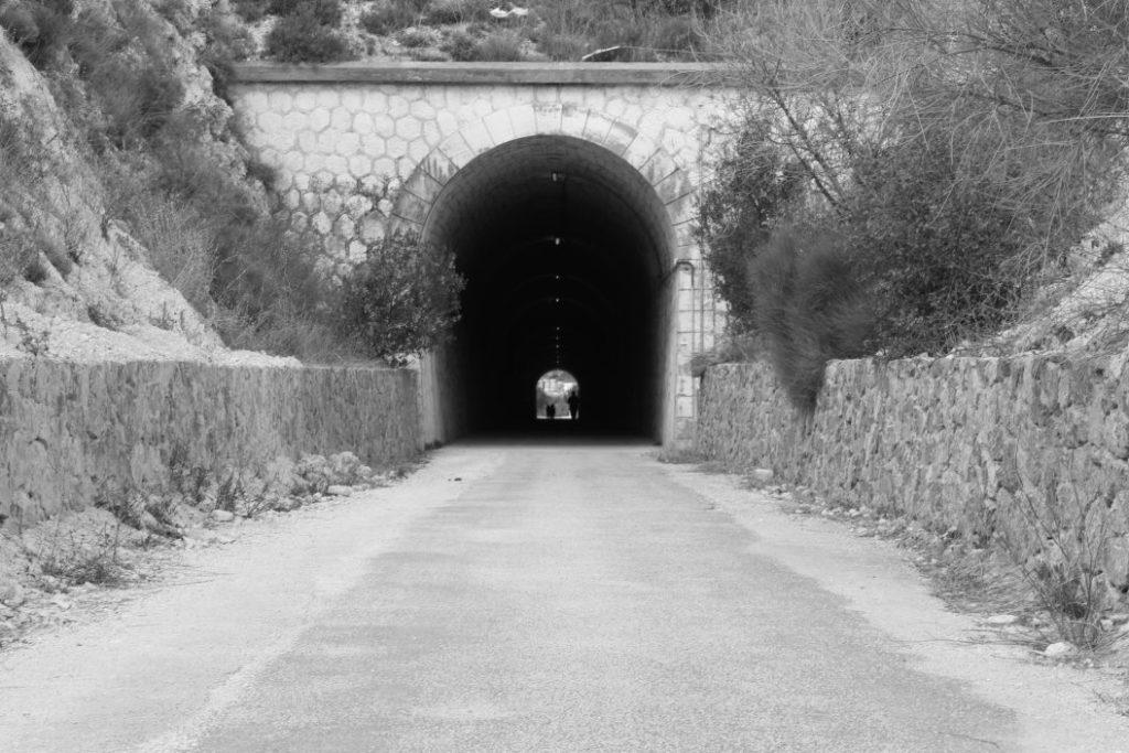 Fotografía de un túnel en blanco y negro