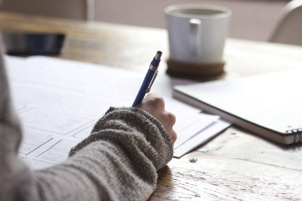 Imagen de una mujer escribiendo