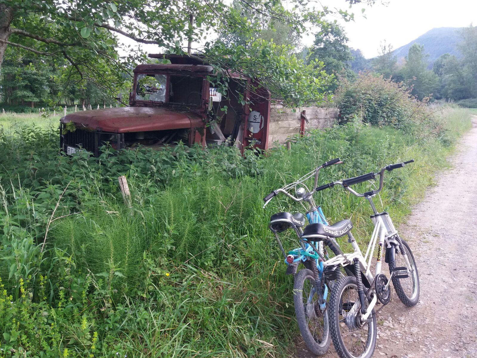 Fotografía de Joaquín Cantabria. Paisaje con dos bicicletas y un camión.