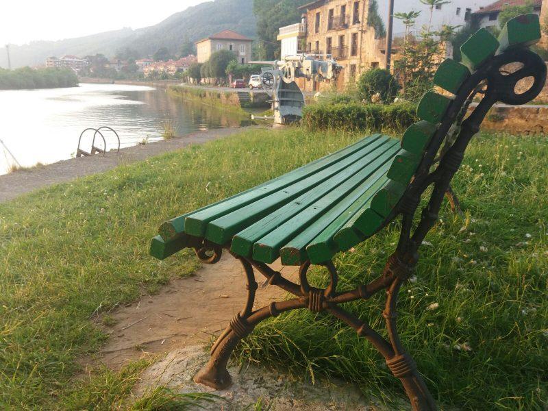 Un banco y un río. Fotografía de Joaquín Cantabria