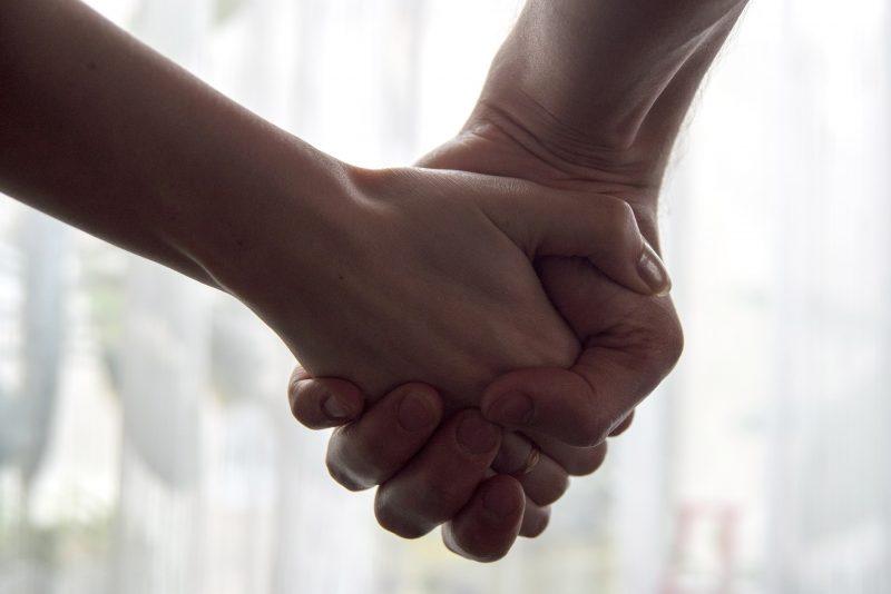 Dos personas estrechándose la mano