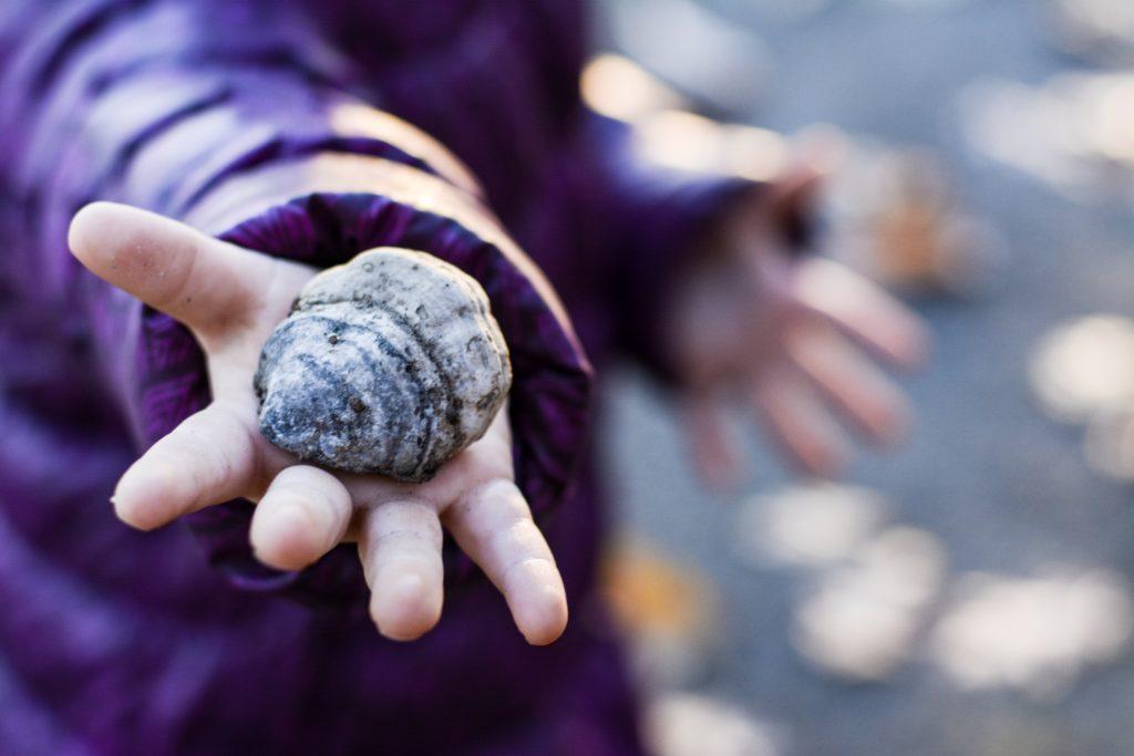 Niño con piedra en la mano