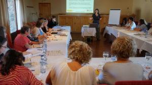 Sala de reuniones con mujeres debatiendo