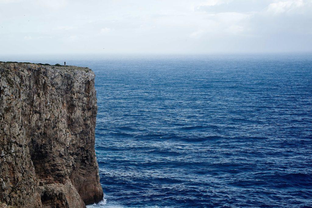 Imagen de un acantilado y del mar azul