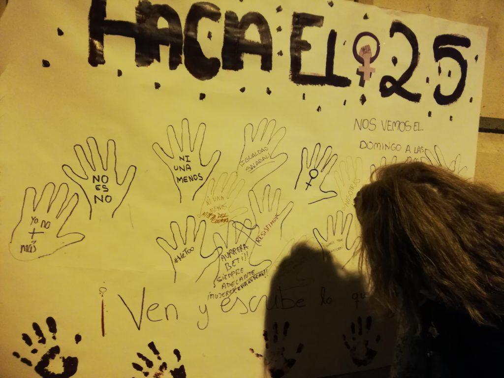 Un mural con siluetas de manos dibujadas que piden que la violencia contra la mujer pare