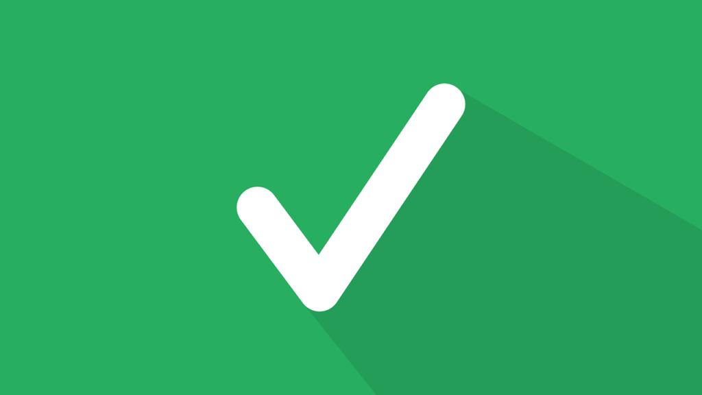 Símbolo de visto bueno sobre fondo verde