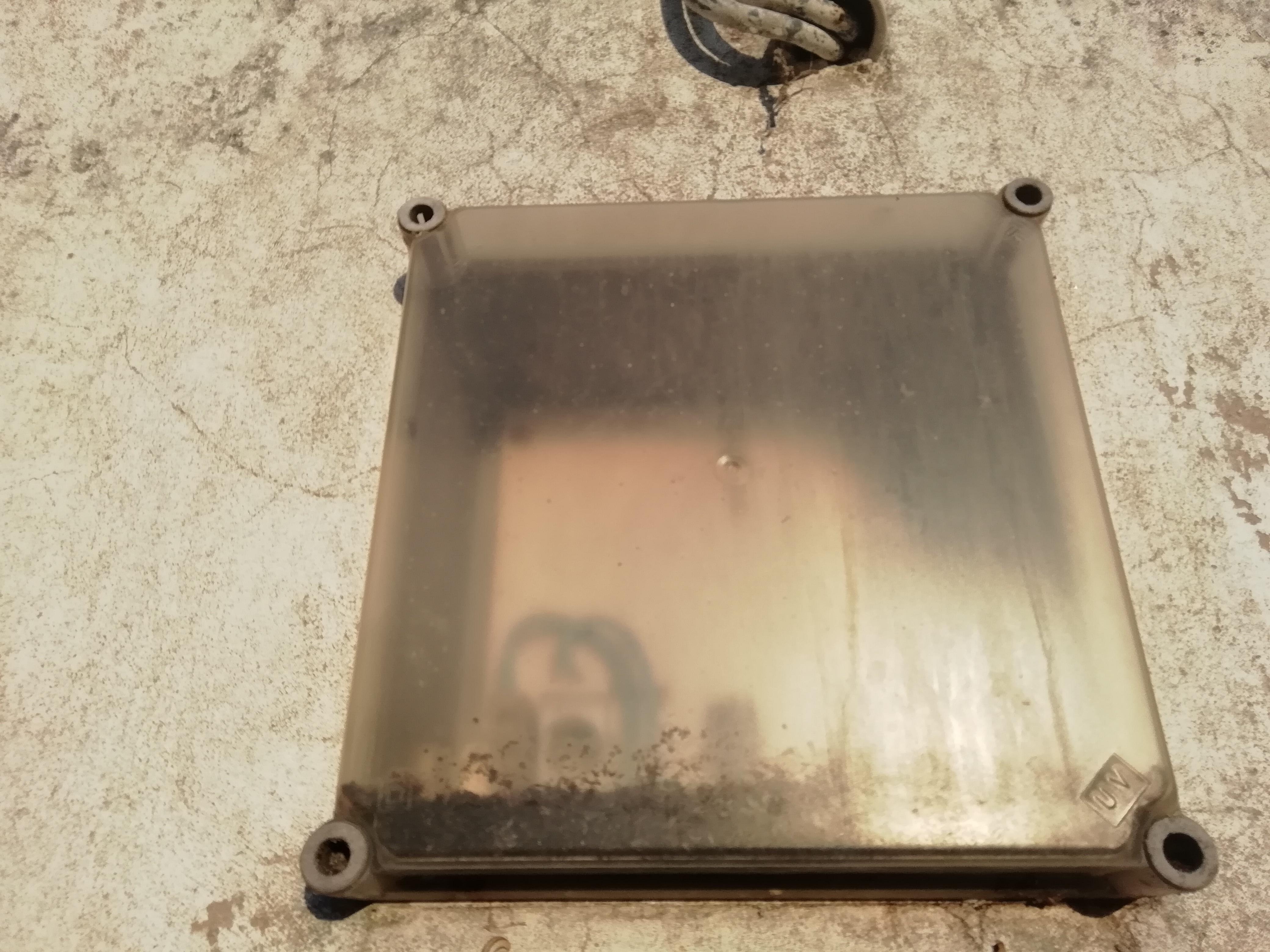 Una vieja caja de contador de luz