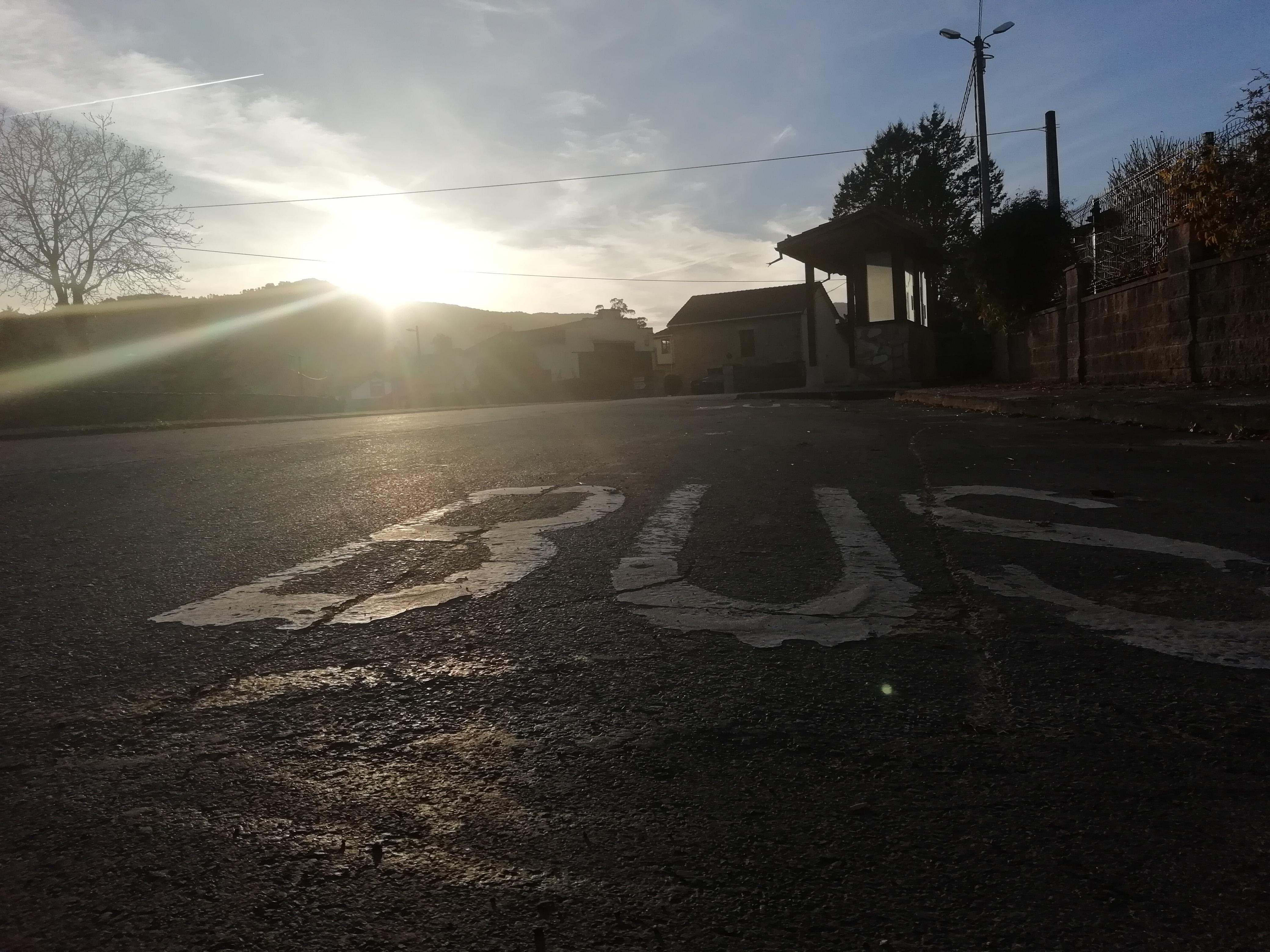 A contraluz, el asfalto de la calzada con las letras BUS