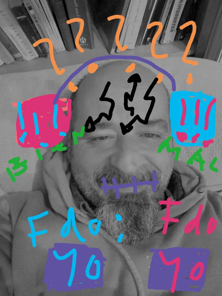 Foto de Joaquín con signos pintados en colores vivos: cascos, signos de interrogación, flechas como rayos en la frente, etc.