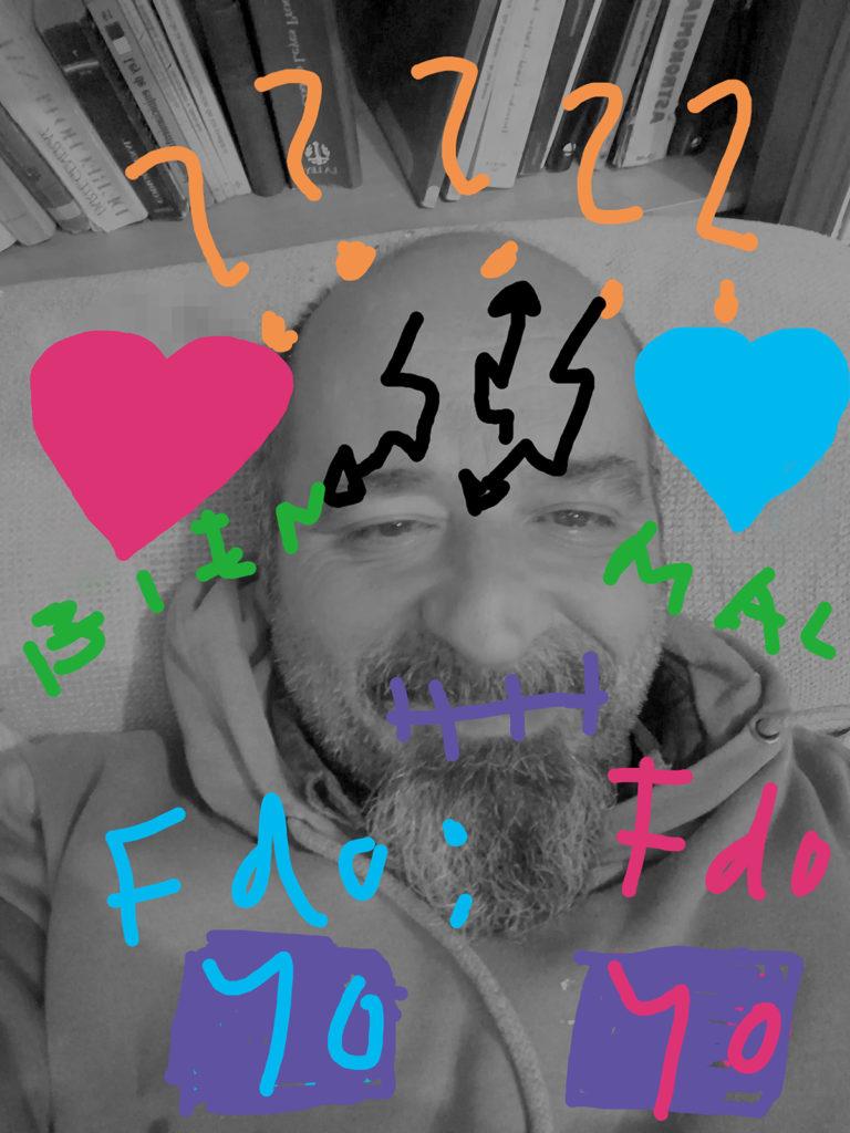 Foto de Joaquín con signos pintados en colores vivos, con algo distinto: signos de interrogación, flechas como rayos en la frente. Ahora, en vez de cascos, dos corazones.