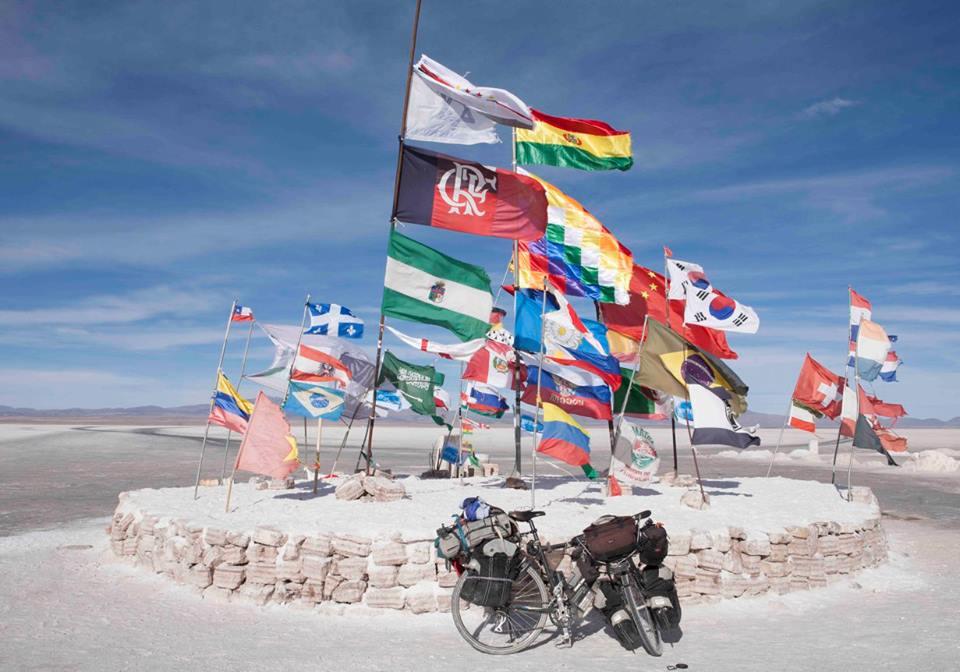Enclave con banderas de muchos países y una bicicleta. Salar de Uyuni o Tanupa, Bolivia