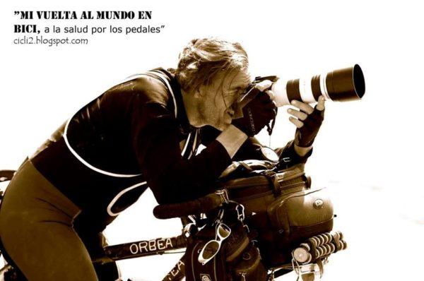 Imagen de El Cicli en su bicicleta tomando una fotografía