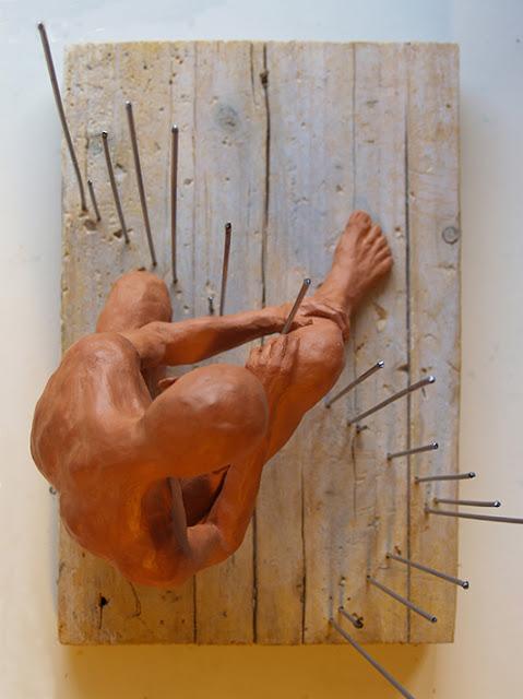 La misma escultura en plano cenital. La verja sólo ocupa un lado del espacio