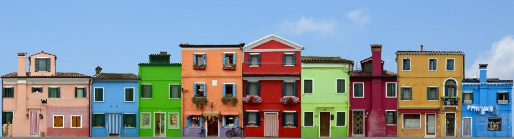 Casas de colores en fila, en la ciudad de Burano, Italia