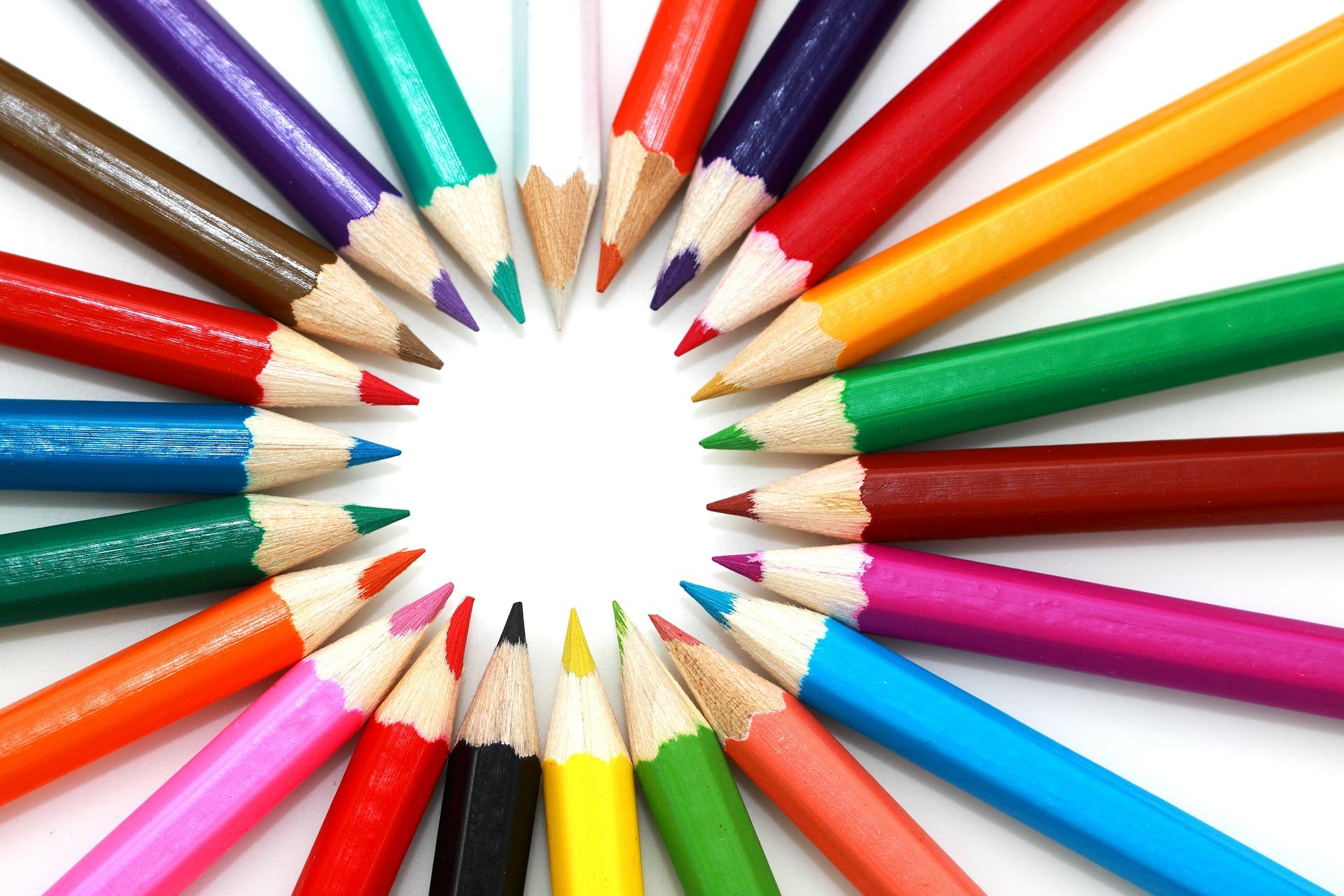 Las puntas de unos lápices de distintos colores forman una circunferencia
