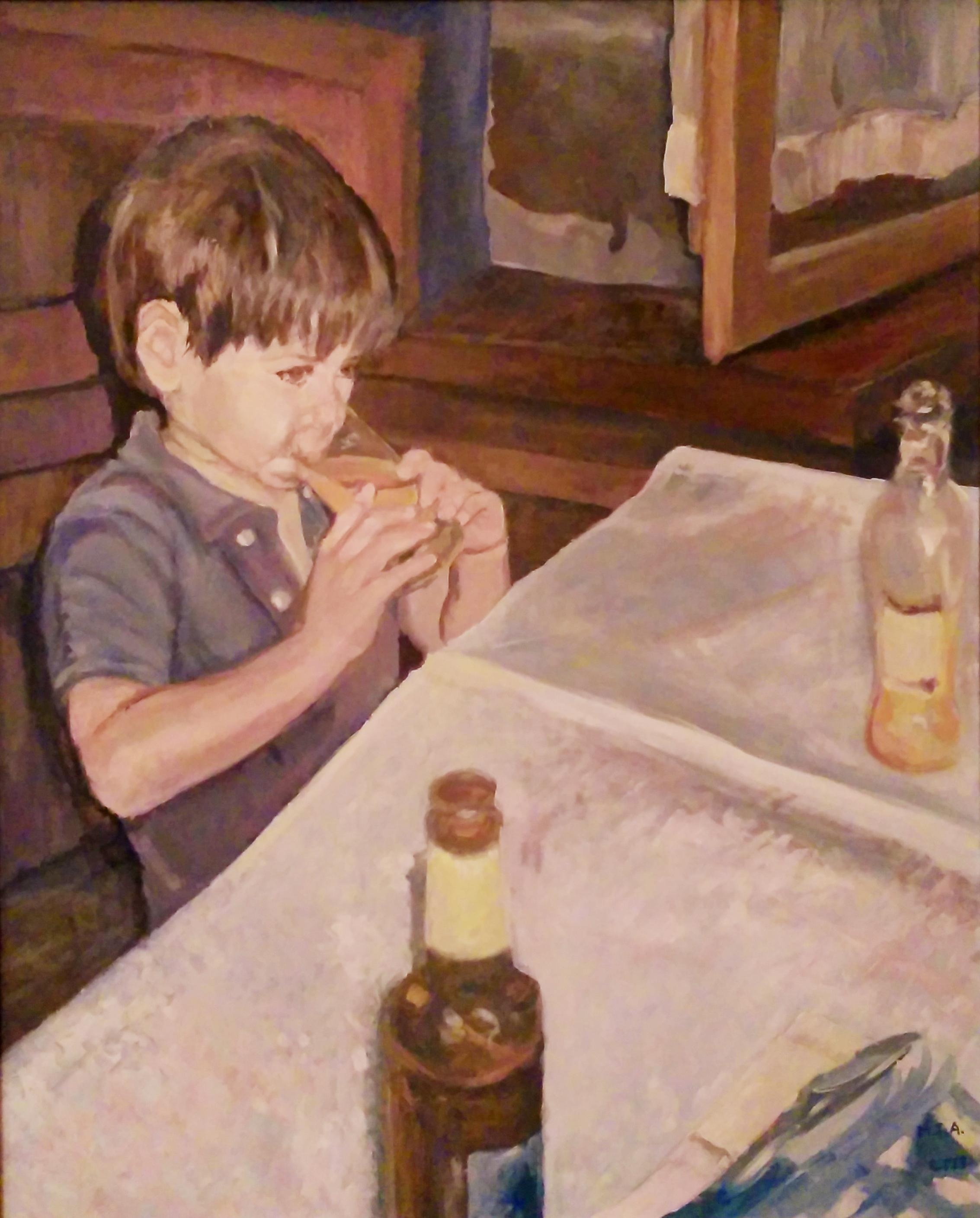Un niño bebe de un vaso un refresco, sentado frente a una mesa con mantel blanco y dos botellas. Detrás, una ventana semiabierta