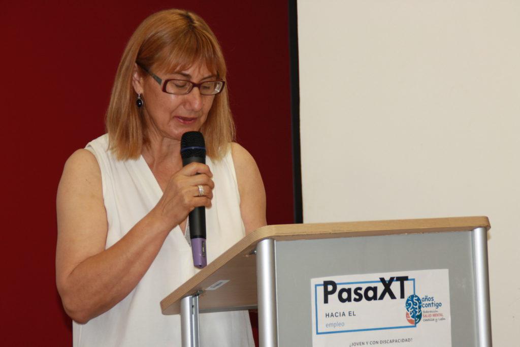 Elena Briongos hablando en público