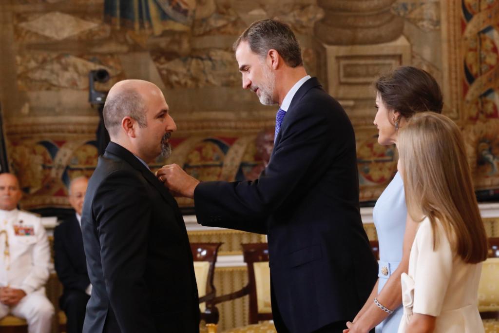 Basilio recibe la condecoración de manos del Rey Felipe VI