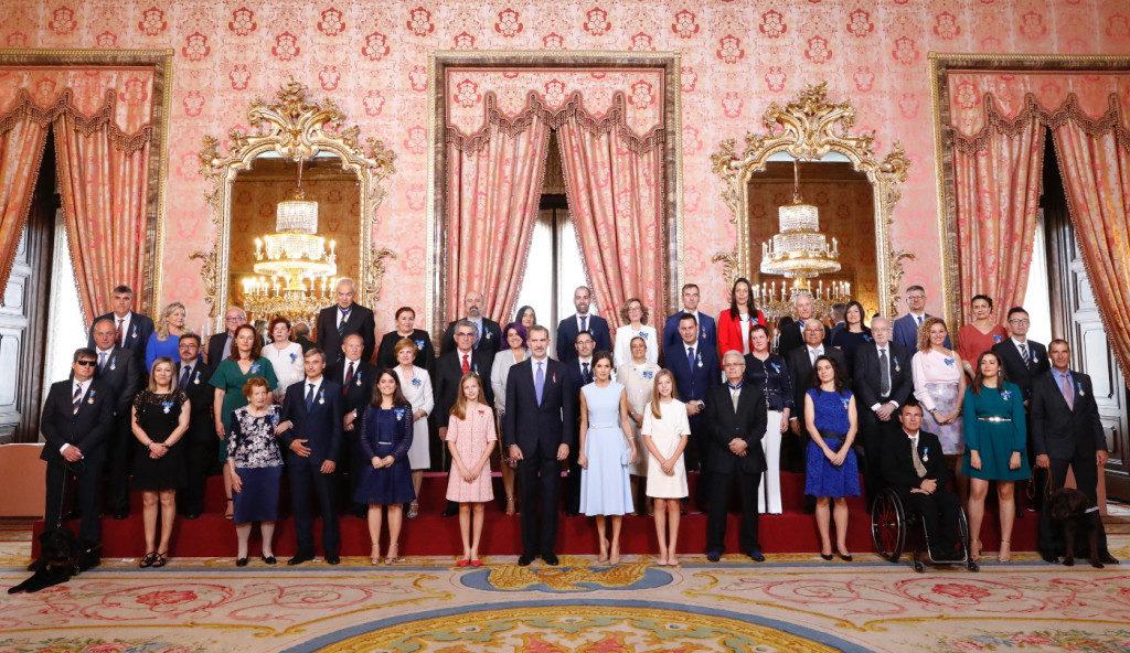 Foto del grupo de las personas condecoradas con la familia real
