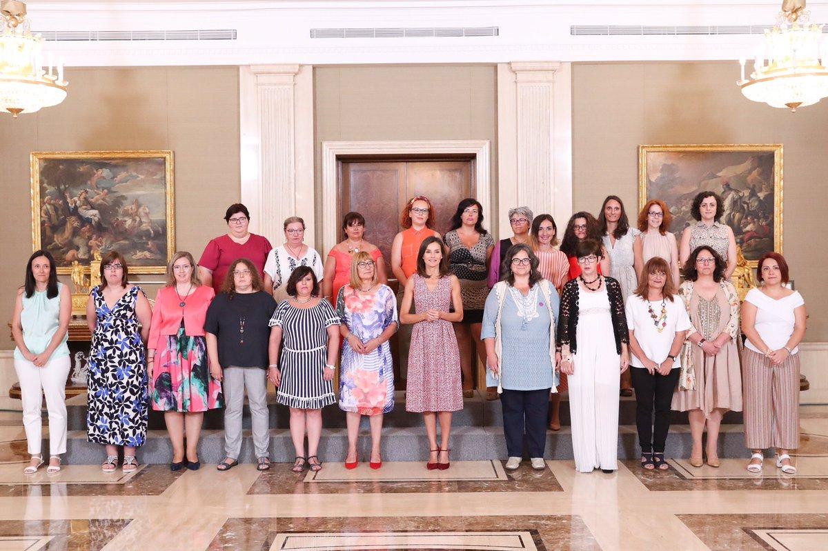 Foto de grupo de todas las asistentes a la audiencia, junto a la Reina Letizia