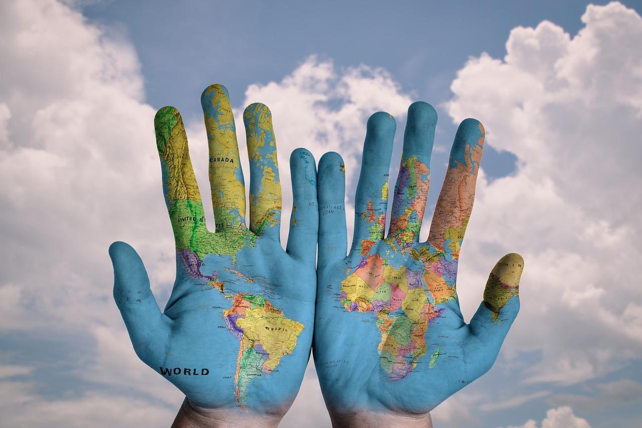Las palmas de dos manos, en cuya superficie está impreso el mapa mundi