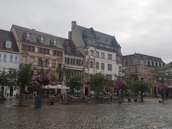 Vista de unas casas en la plaza mayor de Landau