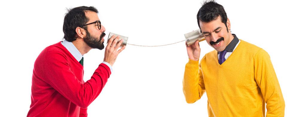 Hermanos hablando a través de un teléfono de latas