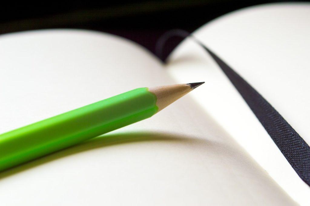 Una libreta abierta y un lápiz encima