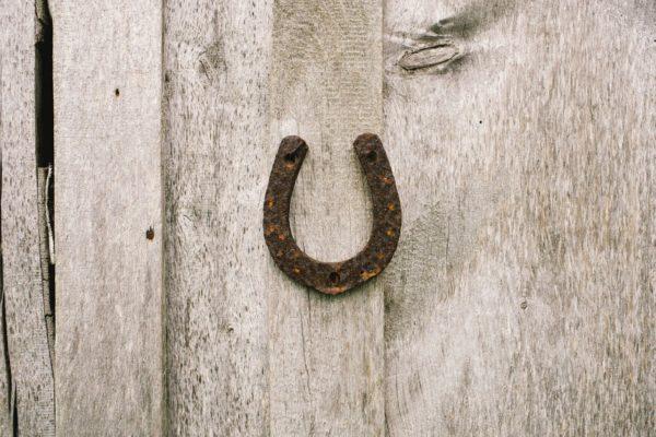 Una herradura colocada en una puerta de madera